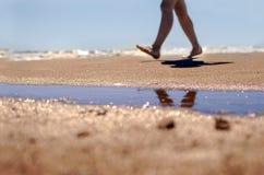 Πόδια στο υπόβαθρο παραλιών και θάλασσας Στοκ Φωτογραφίες