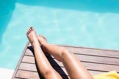 Πόδια της γυναίκας στην άκρη λιμνών Στοκ Εικόνες