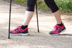 Πόδια της ηλικιωμένης ανώτερης γυναίκας που ασκεί το σκανδιναβικό περπάτημα, φίλαθλοι τρόποι ζωής στη μεγάλη ηλικία στοκ εικόνες