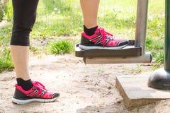 Πόδια της ηλικιωμένης ανώτερης γυναίκας στην υπαίθρια γυμναστική, υγιής τρόπος ζωής στοκ εικόνες με δικαίωμα ελεύθερης χρήσης