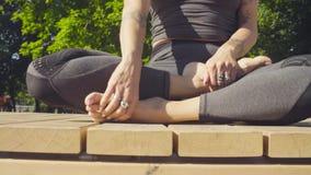 Πόδια του νέου περπατήματος γυναικών χωρίς παπούτσια φιλμ μικρού μήκους