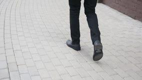 Πόδια του περπατώντας επιχειρηματία έξω από το κτίριο γραφείων απόθεμα βίντεο