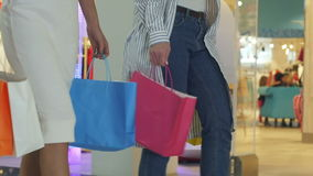 Πόδια του shopaholics με τις τσάντες αγορών που περπατούν κάτω από τη λεωφόρο φιλμ μικρού μήκους