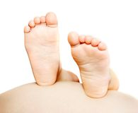 πόδια το έγκυο s παιδιών tummy Στοκ εικόνες με δικαίωμα ελεύθερης χρήσης