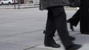 Πόδια των ανθρώπων που περπατούν μακριά στην οδό απόθεμα βίντεο