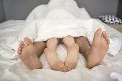 Πόδια των εραστών κάτω από το κάλυμμα στοκ φωτογραφίες με δικαίωμα ελεύθερης χρήσης