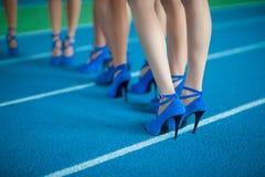 Πόδια των κοριτσιών στα υψηλά παπούτσια τακουνιών Στοκ Εικόνα