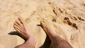 Πόδια των τριχωτών ατόμων στην παραλία φιλμ μικρού μήκους