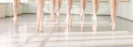 Πόδια των ballerinas χορευτών στον κλασσικό χορό κατηγορίας, μπαλέτο Στοκ Εικόνες