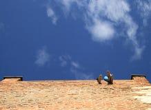 Πόδια δύο ανθρώπων, άποψη από το κατώτατο σημείο Στοκ Εικόνα