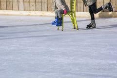 Πόδια δύο ανθρώπων με τα σαλάχια στον πάγο Στοκ φωτογραφία με δικαίωμα ελεύθερης χρήσης