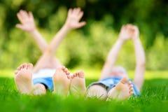 Πόδια δύο παιδιών στη χλόη υπαίθρια σε ένα πάρκο Στοκ φωτογραφία με δικαίωμα ελεύθερης χρήσης