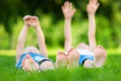 Πόδια δύο παιδιών στη χλόη υπαίθρια Στοκ εικόνα με δικαίωμα ελεύθερης χρήσης