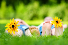 Πόδια δύο παιδιών στη χλόη υπαίθρια Στοκ Εικόνες