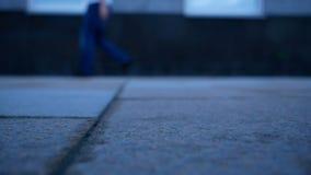 Πόδια Defocused του περπατήματος ανθρώπων απόθεμα βίντεο
