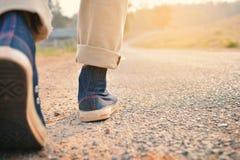Πόδια Hipster ένα άτομο και ένα πάνινο παπούτσι τζιν στη φύση Στοκ Φωτογραφίες