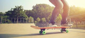 Πόδια Skateboarder που κάνουν σκέιτ μπορντ στο skatepark Στοκ Εικόνα