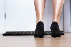 Πόδι γυναικών, πίσω άποψη μπροστινό σπίτι εισόδων πορτών σχετικό Στοκ Εικόνες
