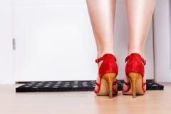 Πόδι γυναικών, πίσω άποψη μπροστινό σπίτι εισόδων πορτών σχετικό Στοκ Φωτογραφίες