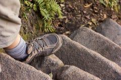 Πόδι λεπτομέρειας που πηγαίνει κάτω από τα σκαλοπάτια Στοκ φωτογραφίες με δικαίωμα ελεύθερης χρήσης