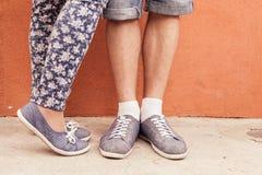 Πόδι κινηματογραφήσεων σε πρώτο πλάνο του φιλήματος του ζεύγους υπαίθριο στην οδό Στοκ φωτογραφίες με δικαίωμα ελεύθερης χρήσης