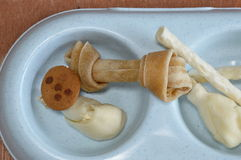 Πόδι κοτόπουλου πρόχειρων φαγητών σκυλιών και munch με το μπισκότο στοκ εικόνα