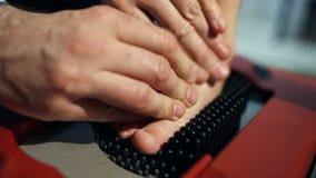 Πόδι παιδιών στην ορθοπεδική συσκευή που βοηθά να δημιουργήσει φιλμ μικρού μήκους