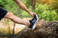 Πόδι τεντώματος ατόμων ως προθέρμανση πριν από το τρέξιμο στοκ φωτογραφίες