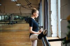 Πόδι τεντώματος Ballerina στοκ φωτογραφία με δικαίωμα ελεύθερης χρήσης
