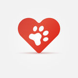 Πόδι της Pet στην κόκκινη καρδιά, ζωικό εικονίδιο αγάπης Στοκ Εικόνα