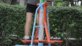 Πόδι των ανθρώπων που ασκούν στον εξοπλισμό γυμναστικής στο πάρκο απόθεμα βίντεο
