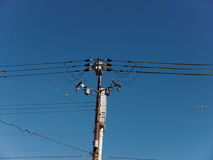 Πόλος ηλεκτρικής ενέργειας στο μπλε ουρανό Στοκ φωτογραφία με δικαίωμα ελεύθερης χρήσης