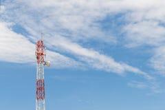 Πόλος πύργων τηλεπικοινωνιών με το υπόβαθρο σύννεφων και μπλε ουρανού Στοκ Εικόνα