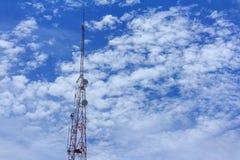 πόλος τηλεπικοινωνιών, πύργος τηλεπικοινωνιών Στοκ εικόνα με δικαίωμα ελεύθερης χρήσης