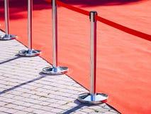Πόλος φρακτών κόκκινου χαλιού με το κόκκινο υπόβαθρο γεγονότος επιδείξεων μόδας σχοινιών Στοκ φωτογραφία με δικαίωμα ελεύθερης χρήσης