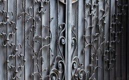 Πύλες επεξεργασμένος-σιδήρου, διακοσμητικό σφυρηλατημένο κομμάτι, σφυρηλατημένη κινηματογράφηση σε πρώτο πλάνο στοιχείων στοκ εικόνες