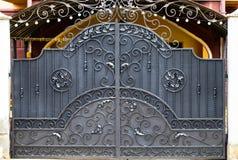 Πύλες επεξεργασμένος-σιδήρου, διακοσμητικό σφυρηλατημένο κομμάτι, σφυρηλατημένη κινηματογράφηση σε πρώτο πλάνο στοιχείων στοκ εικόνες με δικαίωμα ελεύθερης χρήσης
