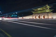 Πύλες Gyeongbokgung τη νύχτα Στοκ εικόνα με δικαίωμα ελεύθερης χρήσης