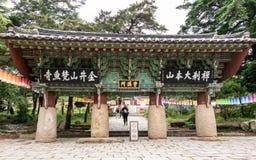 Πύλη ένας-στυλοβατών, πρώτη πύλη Iljumun εισόδων, του κορεατικού ναού Beomeosa Buddhistic μια ομιχλώδη ημέρα Τοποθετημένος σε Geu στοκ εικόνα με δικαίωμα ελεύθερης χρήσης