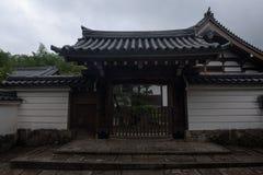 Πύλη εισόδων μιας ιαπωνικής κατοικίας στο Κιότο Στοκ εικόνες με δικαίωμα ελεύθερης χρήσης