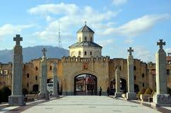 Πύλη εισόδων του ιερού καθεδρικού ναού τριάδας του Tbilisi στοκ εικόνες