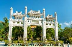 Πύλη εισόδων Po Lin στο μοναστήρι στο μεταλλικό θόρυβο Ngong - Χονγκ Κονγκ, Κίνα Στοκ φωτογραφία με δικαίωμα ελεύθερης χρήσης