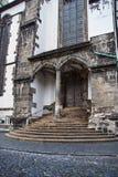 Πύλη και είσοδος στη γοτθική εκκλησία Στοκ Εικόνες