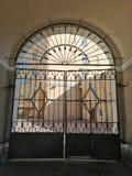 Πύλη μετάλλων με τη διακόσμηση στοκ φωτογραφία