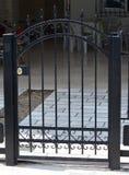 Πύλη μετάλλων του ιδιωτικού σπιτιού στοκ φωτογραφία με δικαίωμα ελεύθερης χρήσης