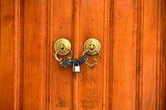 Πύλη ορείχαλκου με τα ρόπτρα Κωνσταντινούπολη Τουρκία πορτών Στοκ φωτογραφία με δικαίωμα ελεύθερης χρήσης