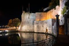 Πύλη πόλεων στην παλαιά κωμόπολη με τον τοίχο και την αντανάκλαση τη νύχτα Στοκ Εικόνες