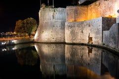 Πύλη πόλεων στην παλαιά κωμόπολη με τον τοίχο και την αντανάκλαση τη νύχτα Στοκ Φωτογραφίες