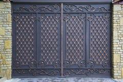 Πύλη σιδήρου που διακοσμείται με τις σφυρηλατημένες διακοσμήσεις Στοκ Εικόνα