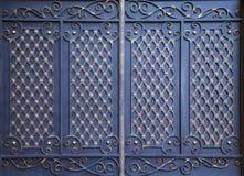 Πύλη σιδήρου που διακοσμείται με τις σφυρηλατημένες διακοσμήσεις Στοκ εικόνες με δικαίωμα ελεύθερης χρήσης